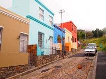 6 mai 2014 - rue en BO-Kaap Couleurs lumineuses La vue au-dessus de la montagne de ville et de Tableau du seaa dégrossissent Sout Image stock