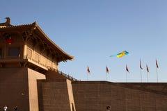 Am 11. Mai 2014 ruiniert Xi'an-Geruchpalast Park in China, gibt es eine Rhabarberentenform auf dem Himmel des Drachens Lizenzfreies Stockbild