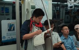 28. Mai 2018 Shanghai-Stadt, China Chinesischer Schüler tut seine Hausarbeit im U-Bahnwagen auf dem Heimweg lizenzfreies stockbild