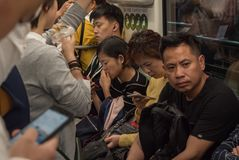 7. Mai 2018 Suzhou-Stadt, China Chinesisches Volk in der gedrängten Metro bildet auf Hauptverkehrszeit aus lizenzfreies stockbild