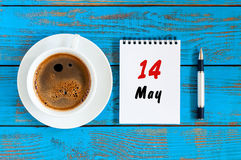 14. Mai Tag 14 des Monats, Abreisskalender mit MorgenKaffeetasse am Arbeitsplatzhintergrund Frühlingszeit, Draufsicht Stockfotos