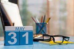 31. Mai Tag 31 des Monats, Kalender auf Geschäftslokalhintergrund, Arbeitsplatz mit Laptop und Gläser Frühlingszeit, leer Stockfotografie