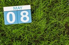 8. Mai Tag 8 des Monats, Kalender auf Hintergrund des grünen Grases des Fußballs Leerer Platz für Text Stockfoto