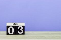 3. Mai Tag 3 des Monats, Kalender auf rosa oder purpurrotem Hintergrund Frühlingszeit, leerer Raum für Text Lizenzfreie Stockfotografie