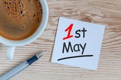 1. Mai Tag 1 von kann Monat, Kalender auf Büro oder Haupttabelle mit Morgen coffe Schale Frühlingszeit, internationaler Werktag Lizenzfreies Stockbild