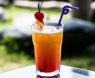 Mai Tai-Cocktail in einem Trommelglas lizenzfreie stockbilder