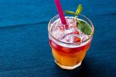 Mai Tai Cocktail med mintkaramellsidor och is royaltyfri fotografi