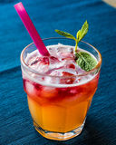Mai Tai Cocktail med mintkaramellsidor och is arkivbilder