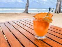 Mai Tai Cocktail sur Sunny Beach images libres de droits