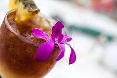Mai Tai koktajl Gernished Z ananasem i Orch Fotografia Royalty Free