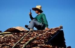 MAI van Chiang, Thailand: Mens die Dak herstelt Stock Afbeeldingen
