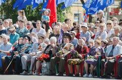 9. Mai. Victory Day. Ältere Männer, Veterane des Krieges, sitzend mit Medaillen und Blumen Stockbild