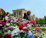9. Mai. Victory Day. Legen von Blumen am Monument des Ruhmes Lizenzfreies Stockbild
