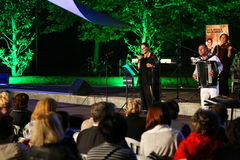 Maia Morgenstern och Bucharest Klezmer musikband Arkivbilder