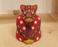 Maiale giapponese tradizionale del cinghiale del giocattolo nella posa accogliente fotografia stock