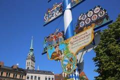 Maibaum am Esswaren-Markt in München lizenzfreie stockbilder