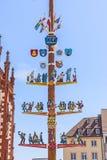 Maibaum unter blauem Himmel Lizenzfreie Stockfotografie