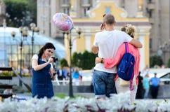 """MAIDAN地方,基辅,乌克兰†""""2016年9月6日:而他打电话与h,有照相机的妇女和selfie黏附摄制夫妇 免版税库存照片"""