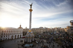 Maidan的Nezalezhnosti很多人民在革命时在乌克兰 库存照片