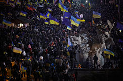 Maidan的Nezalezhnosti很多人民在革命时在乌克兰 免版税库存图片
