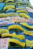 从旗子的墙壁在欧洲maidan会议在基辅,乌克兰, 库存照片
