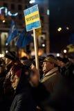 Maidan - aktivisten under samlar på självständighetfyrkant med flaggan Arkivfoto