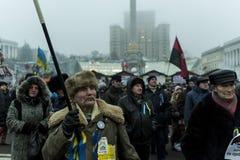 Maidan - aktivisten under samlar på självständighetfyrkant med flaggan Arkivbilder