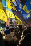 Maidan - aktivisten under samlar på självständighetfyrkant med flaggor Royaltyfria Bilder