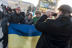 Maidan - aktivister på självständighetfyrkant tar bilder med fla Arkivfoton