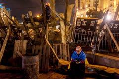 Maidan - attivisti che custodicono le barriere su indipendenza squar Fotografia Stock Libera da Diritti