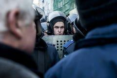 Maidan - den unga polisen bevakar i brytning mot personer som protesterar Royaltyfri Bild