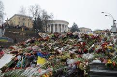 Maidan douleureux rempli de fleurs et de bougies Image libre de droits
