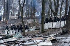 Maidan - force de police sur la rue de Hruschevkoho à côté du barr de Maidan Photos stock