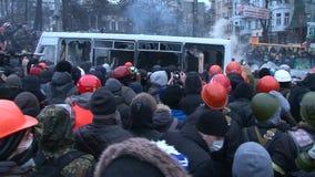 Maidan Foule énorme des protestataires basculant un autobus de police pendant les désaccords à Kiev clips vidéos