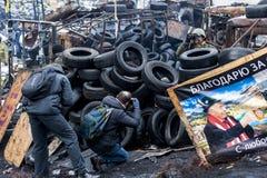 Maidan - les journalistes prennent des photos des activistes sur des barricades à Photos libres de droits