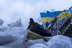 Maidan - med huva aktivistvaktbarrikader på spången på Insti Arkivfoton