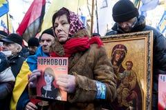 Maidan - personen som protesterar på samlar för att spara journalisten Chornovol Fotografering för Bildbyråer