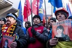 Maidan - personen som protesterar på samlar för att spara journalisten Chornovol Royaltyfri Bild