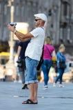 """MAIDAN-STÄLLE, KIEV, UKRAINA †""""SEPTEMBER 6, 2016: Manlig turist- filmande själv med en videokamera Fotografering för Bildbyråer"""