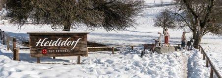 Maienfeld, GR, Svizzera - 20 gennaio 2019: Villaggio di Heidi dell'attrazione turistica di Maienfeld nell'inverno con il segno e  fotografia stock libera da diritti