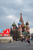 Maifeiertagsfeier in Moskau Die Kathedrale des Schutzes vom meisten heiligen Theotokos auf dem Burggraben Stockfotografie