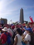 Maifeiertagsmarsch in Havana, das durch das Revolutions-Quadrat Jose Marti überschreitet stockfoto