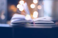 Maigicboek met lichte cirkel of bokeh achtergrond Stock Afbeeldingen
