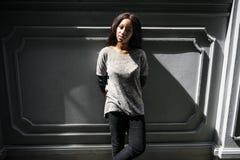 Maigre africain de position de femme sur le concept occasionnel de mur en béton images libres de droits