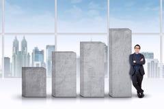 Maigre d'homme d'affaires sur l'échelle de croissance d'affaires Photos libres de droits