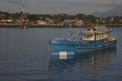 Maigre de bateaux de pêche en eaux peu profondes Photos stock