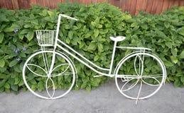 maigre de bicyclette de fer contre le mur d'usine Photographie stock