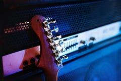 Maigre de guitare sur un amplificateur photos libres de droits