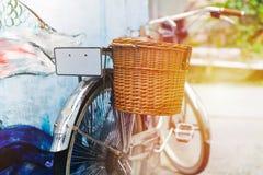 Maigre de stationnement de bicyclette de vintage sur le mur de maison Concept de vintage d'été photographie stock