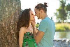 Maigre romantique de femme et d'homme sur l'arbre Photographie stock libre de droits